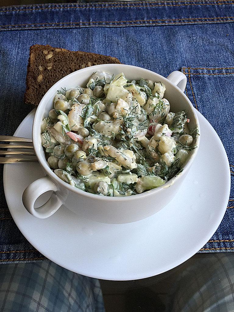 salat-s-krevetkami-zelyonym-goroshkom-i-zelenyu