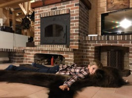 Фото - Мальчик на шкуре бурого медведя - юный охотник в минуты отдыха