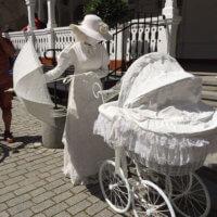 Фото дамы в белом с коляской и зонтом