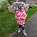 Девочка с зонтом в майский дождливый день