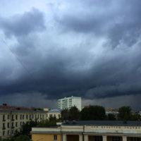 Фото - Грозовые облака над крышами строений в Москве