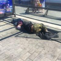 Фото - Двое бездомных на тротуаре - жизнь в параллельном мире